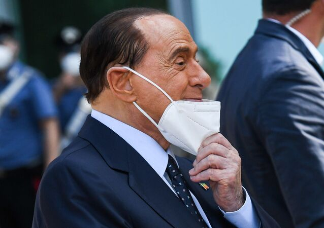 İtalya'nın eski başbakanlarından 83 yaşındaki milyarder siyasetçi Silvio Berlusconi, 11 gün önce Kovid-19 nedeniyle yatırıldığı hastaneden taburcu edildi.