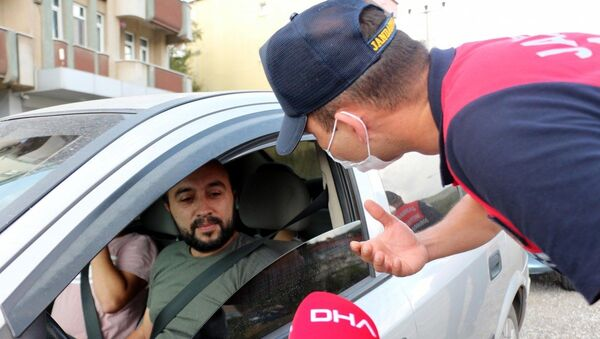 Zonguldak'ta aracıyla maskesiz ve kalabalık şekilde seyahat eden sürücü Ertürk - Sputnik Türkiye