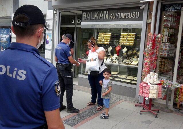 Maske takmadığı için polisi görünce yolunu değiştiren kişi hakkında tutanak