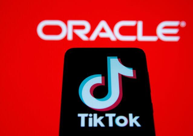 TikTok ve Oracle logolarının birarada illüstrasyonu