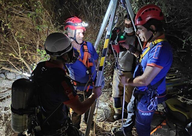 İzmir'de kaçak kazı için girdikleri kuyuda zehirlenen 2 kişinin cesedine ulaşıldı