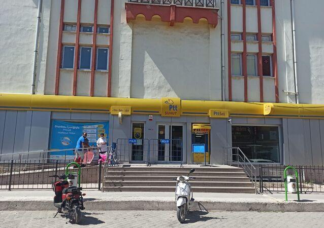 Afyonkarahisar'ın Şuhut ilçesindeki PTT Şubesi'nde görevli bir şahıs, müşterilerin imzalarını taklit ederek kredi çekmek ve gelen havale paralarını zimmetine geçirme yöntemi ile yaklaşık 3 milyon TL ile ortadan kayboldu