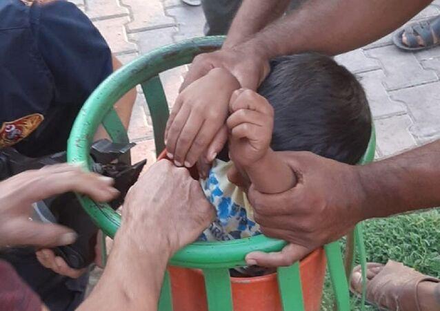 Şanlıurfa'da çöp kutusuna sıkışan çocuk kurtarıldı