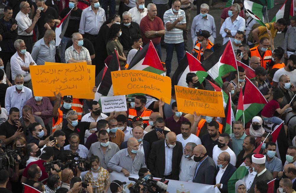 İsrail'in Beyaz Saray'da Birleşik Arap Emirlikleri ve Bahreyn ile imzaladığı normalleşme anlaşmaları Gazze'de protesto edildi.  Göstericiler, Filistin bayraklarının yanı sıra üzerinde İsrail ile ilişkilerin normalleştirilmesi karşıtı sloganların yazılı olduğu pankartlar taşıdı.