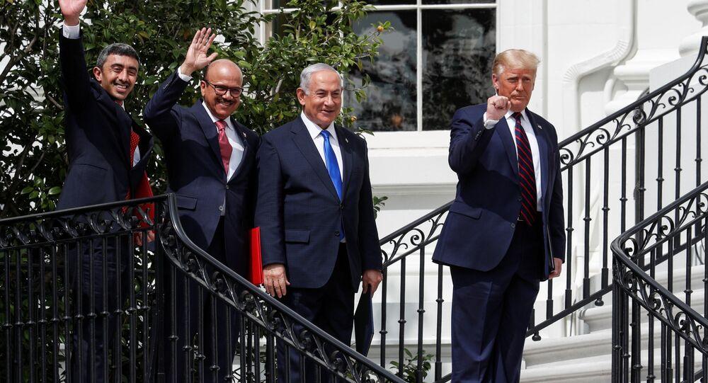 Filistinlilerin 'Arap krallıklarının ihaneti' tepkisini gösterdiği, imzacı Arap tarafların ise 'İran'a karşı birlik Filistin davasından daha önemli' vurgusunu yaptığı anlaşmalar için İsrail adına Başbakan Benyamin Netanyahu, BAE adına Dışişleri Bakanı Abdullah bin Zayed el Nahyan ve Bahreyn adına Dışişleri Bakanı Abdullatif bin Raşid ez Zayani Beyaz Saray'a geldi.