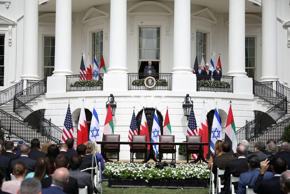 ABD Başkanı Donald Trump ile damadı ve başdanışmanı Jared Kushner'in mimarı olduğu İsrail'in BAE ile 'Barış, diplomatik ilişkiler ve tam normalleşme', Bahreyn ile 'tam diplomatik ilişki' anlaşmaları için Beyaz Saray'da 'tarihi' imza töreni gerçekleşti.  Fotoğrafta: Trump imza töreni öncesi konuşma yaparken