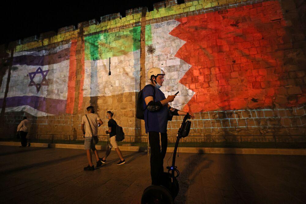 İsrail'le anlaşmalara 5-6 ülkenin daha katılacağını öngören Trump Yeni bir Ortadoğu'nun şafağındayız dedi. Fotoğrafta: Kudüs'te bir duvara yansıtılan İsrail, BAE ve Bahreyn bayraklarının görüntüleri
