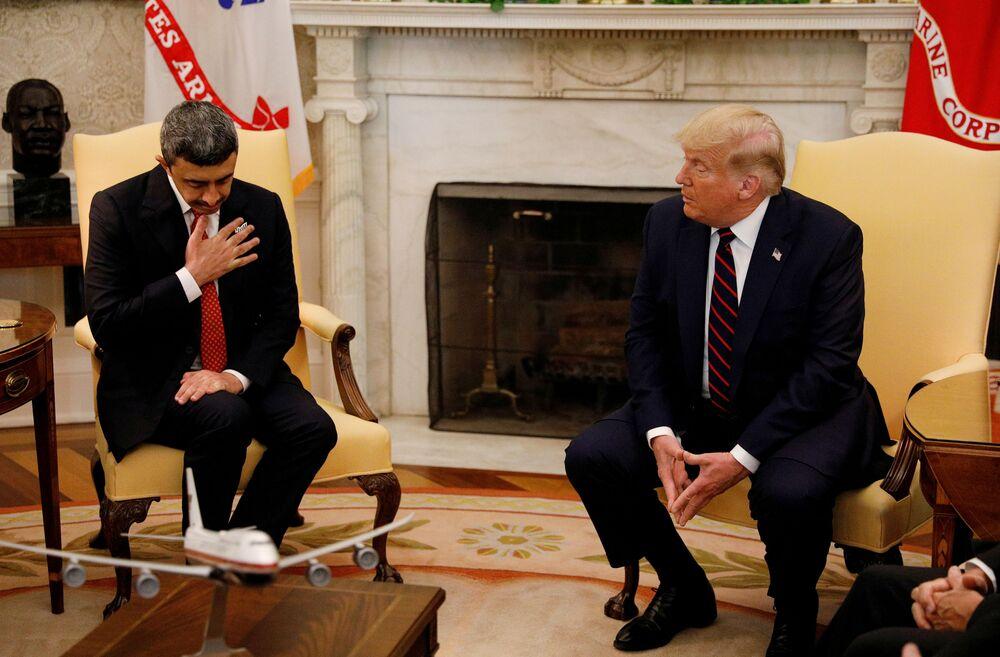 ABD Başkanı Donald Trump'ın imza töreni öncesi BAE Dışişleri Bakanı Abdullah bin Zayed el Nahyan ile yaptığı görüşmeden bir kare