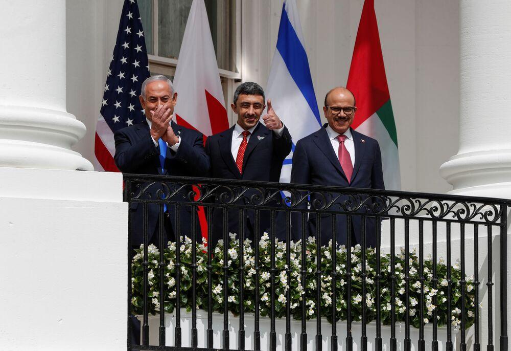 İmza törenine katılmak üzere Beyaz Saray'a gelen (soldan sağa) İsrail Başbakanı Benyamin Netanyahu, BAE  Dışişleri Bakanı Abdullah bin Zayed el Nahyan ve Bahreyn Dışişleri Bakanı Abdullatif bin Raşid ez Zayani