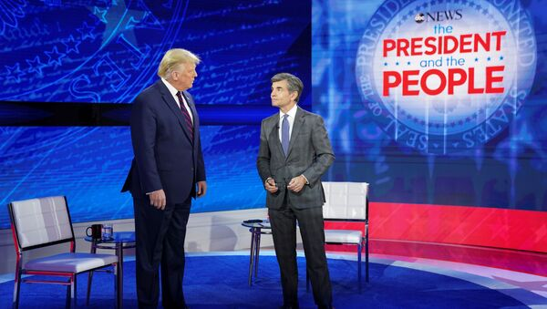 U.S. President Donald Trump takes the stage with ABC News chief anchor George Stephanopoulos for a town hall event in Philadelphia, Pennsylvania, U.S., September 15, 2020. REUTERS/ Kevin Lamarque - Sputnik Türkiye