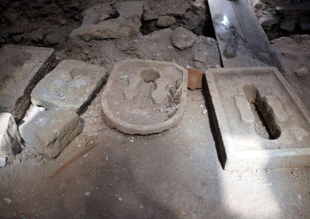 Tokat'ta tarihi Sulusokak'ta bulunan ve halk arasında 'Sık dişini helası' diye bilinen Osmanlı döneminden kalma yapıda belediye tarafından restorasyon çalışması başlatıldı.