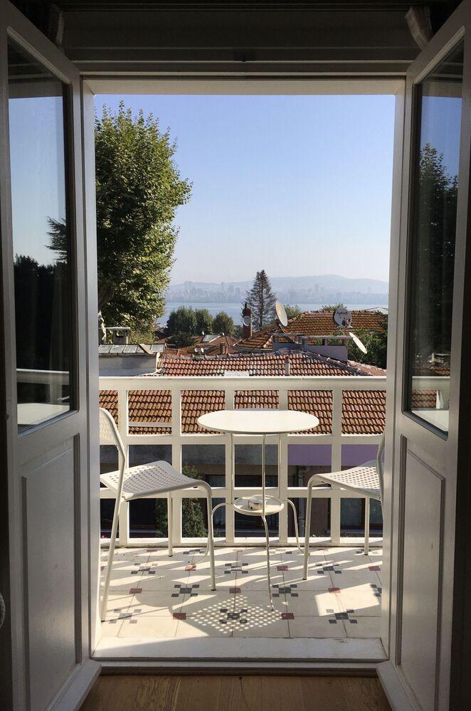 Adalar'daki bir evin balkonundan İstanbul manzarası