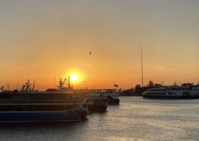 İstanbul Boğazı'nın üzerinde gün batımı