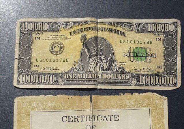 Kütahya'nın Tavşanlı ilçesinde şüphe üzerine durdurulan araçta, ABD Merkez Bankası tarafından koleksiyon amacıyla sınırlı sayıda bastırılan paralardan olduğu tahmin edilen 1 milyon dolarlık banknot ve sertifikası ele geçirildi.