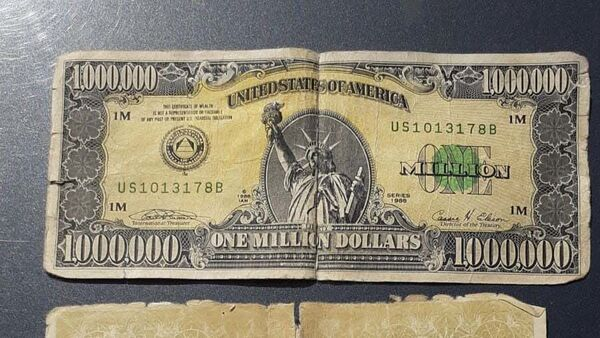 Kütahya'nın Tavşanlı ilçesinde şüphe üzerine durdurulan araçta, ABD Merkez Bankası tarafından koleksiyon amacıyla sınırlı sayıda bastırılan paralardan olduğu tahmin edilen 1 milyon dolarlık banknot ve sertifikası ele geçirildi. - Sputnik Türkiye
