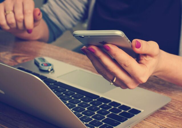 telefon, bilgisayar, kadın