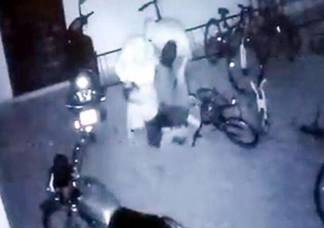 Gaziantep, komşu çocuğunu garajda dövme anı
