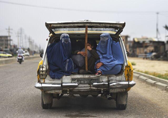 Afganistan'da araç bagajında yolculuk eden kadınlar ve çocuklar