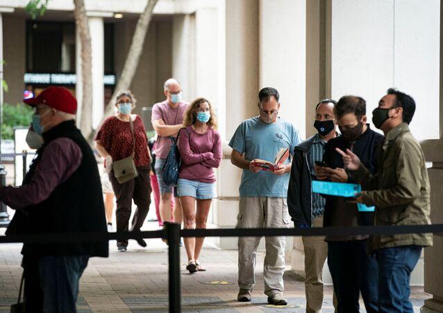 ABD'de 3 Kasım'da yapılacak 59. Başkanlık Seçimleri için erken oy kullanmak isteyen seçmen, Virginia eyaletinde uzun kuyruklar oluşturdu.