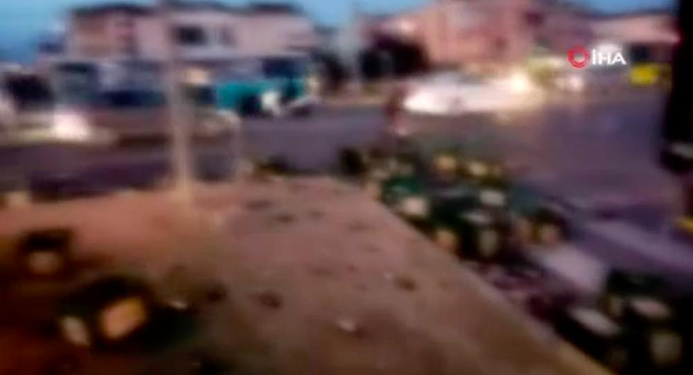 Silivri plaj yolunda alkollü içecek dağıtımı yapan kamyonetin bir anda kapağının açılması sonucu onlarca kasa alkollü içecek yola saçıldı.