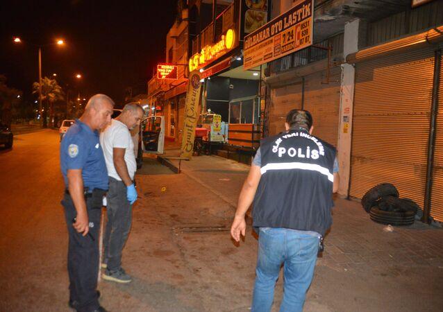 Adana'da husumetlisi tarafından sırtından tabanca ile vurulan kişi motosikletine binerek 3 kilometre uzaklıktaki polis merkezine sığındı. Yaralı şahıs polis merkezine gelen ambulansa hastaneye kaldırıldı.