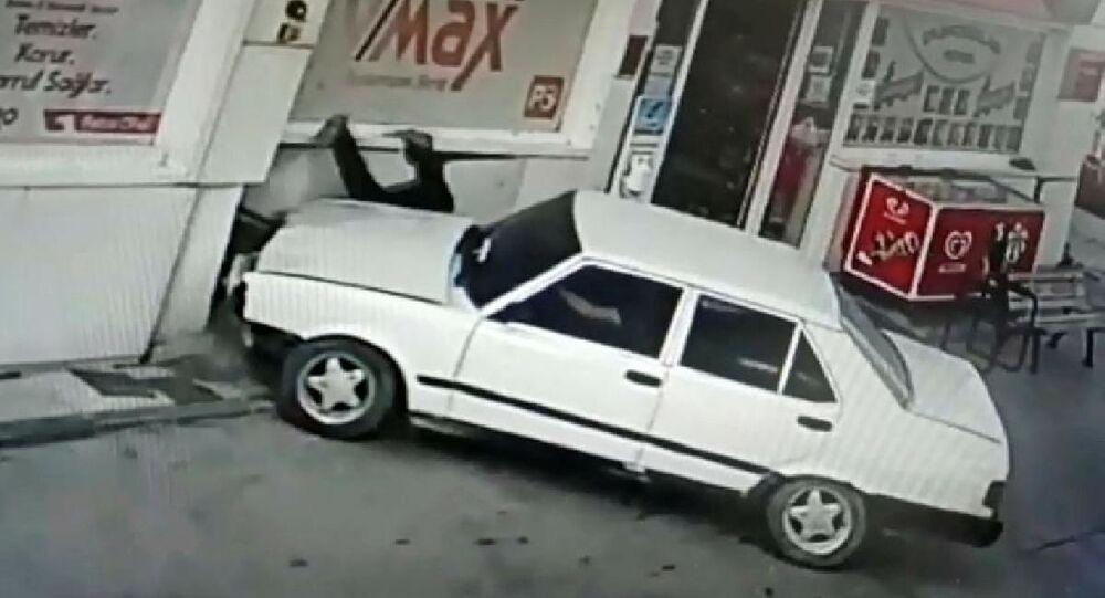 Ehliyeti olmayan sürücü tartıştığı petrol istasyonu çalışanına çarparak kaçtı