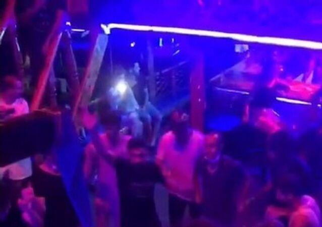 Antalya'nın Alanya ilçesinde tur teknesinde bazı vatandaşların maske ve sosyal mesafe kuralını hiçe sayarak dans ettikleri anlar cep telefon kamerasına yansıdı. Yüksek sesli müzik eşliğinde oyun havası oynayan ve halay çeken grup tepkilere sebep oldu.