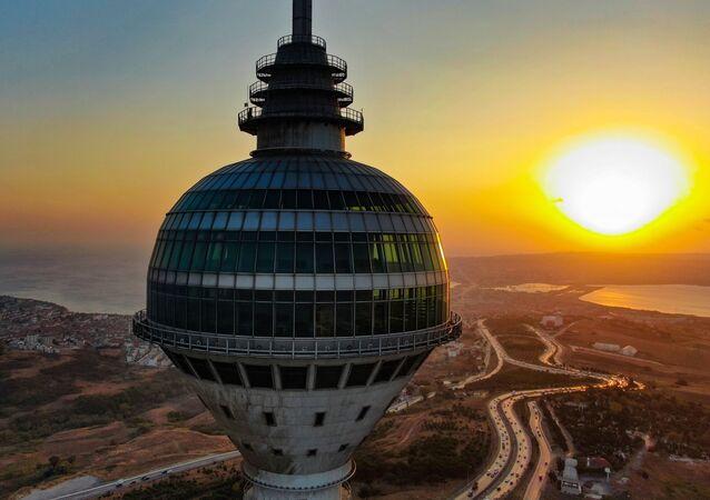 Küçük Çamlıca TV-Radyo Kulesi'nde radyoların test yayınları başlarken, gözler 55 milyon dolara yapılan Büyükçekmece'deki Endem TV Kulesi'ne çevrildi. 12 yıldır atıl bir şekilde duran kule akıbetini bekliyor.