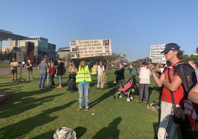 Hollanda'da pedofili yanlısı Kardeşçe Aşk, Özgürlük ve Farklılık Partisi (PNVD) protesto edildi. Seçim programını açıklayan PNVD ülkede infiale neden oldu.