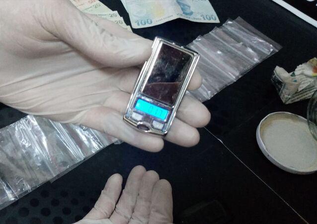 Bursa'nın İnegöl İlçesinde, uyuşturucu ticareti yaptığı tespit edilen bir kişi yakalandı, şüphelinin üzerinden çıkan araba anahtarı görünümündeki hassas terazi dikkati çekti.