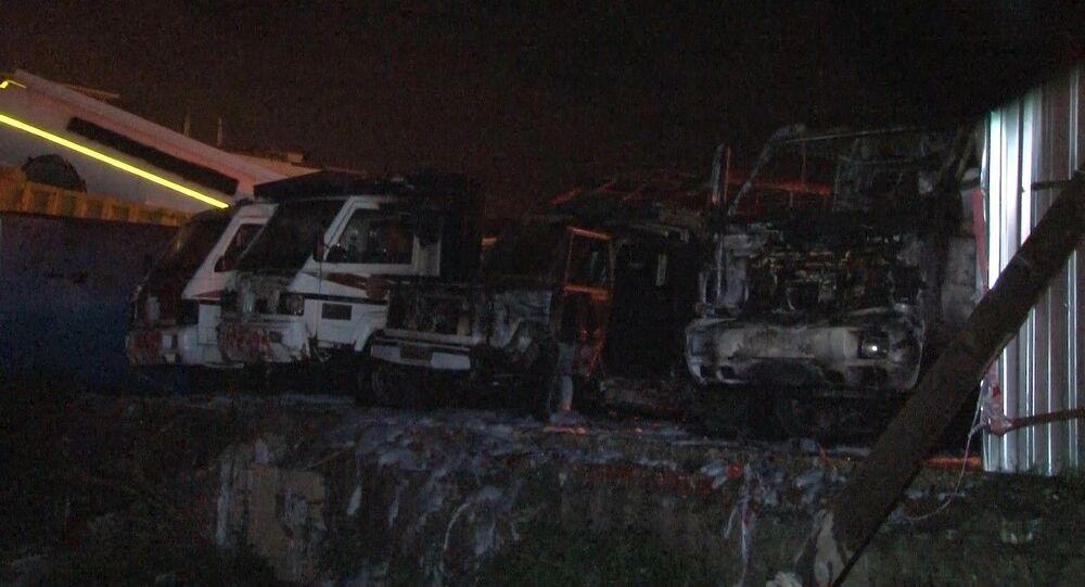 Fatih Belediyesi'nin boş bir alanda muhafaza edilen eski belediye araçları gece saatlerinde henüz belirlenemeyen bir sebeple alev alev yandı
