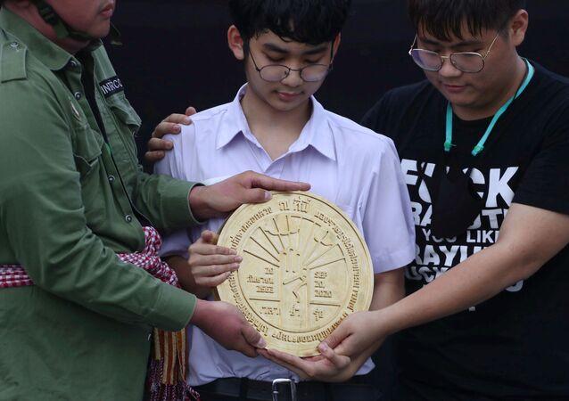 Bangkok'taki Büyük Saray yakınında Kral Sahası denilen alana Halk bu ülkenin krala değil, halka ait olduğuna dair niyetini beyan etmiştir yazan plaketi yerleştiren Taylandlı öğrenciler