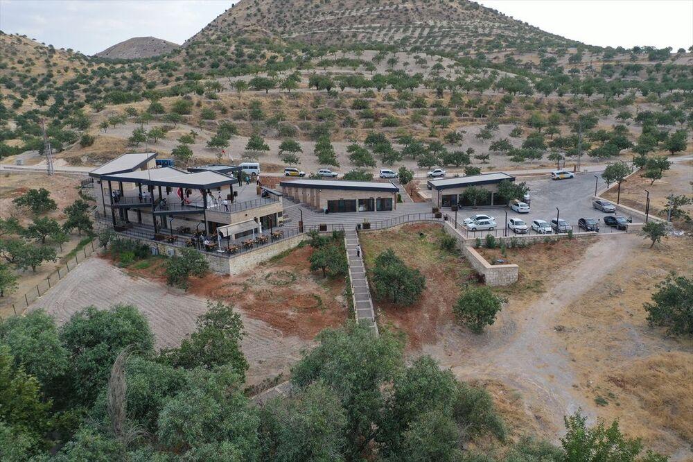 Nizip Belediye Başkanı Mehmet Sarı, antik kent sınırları içerisinde düzenlenen alanda Zeynep ve İbrahim Keskin çiftinin nikahını kıydı.