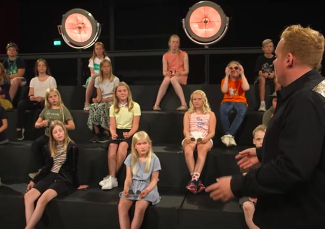 Danimarka'da bir çocuk kanalındaki Ultra Strips Down adlı popüler şov programında yaşananlar tepki çekti.