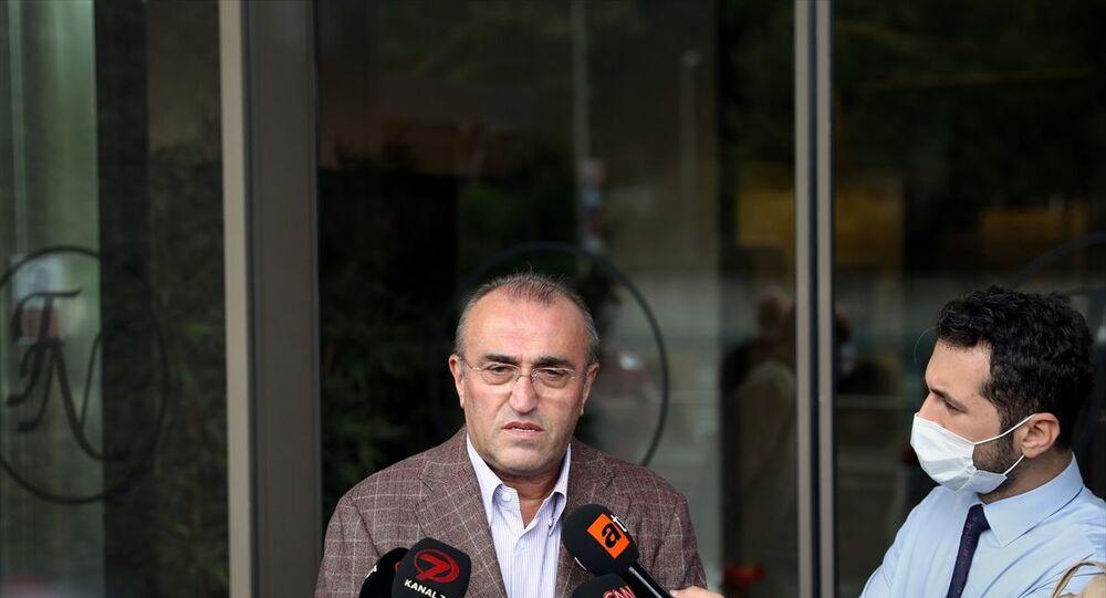 Eski Başbakanlardan Mesut Yılmaz'ın hastanedeki tedavisi devam ediyor. Galatasaray İkinci Başkanı ve Mesut Yılmaz'ın aile dostu Abdurrahim Albayrak, basın mensuplarına Şişli'deki özel bir hastanede tedavi altında olan 48, 53 ve 58.'nci hükümetlerde Başbakanlık görevini yürüten Yılmaz'ı ziyaretinin ardından Yılmaz'ın sağlık durumuyla ilgili açıklama yaptı.
