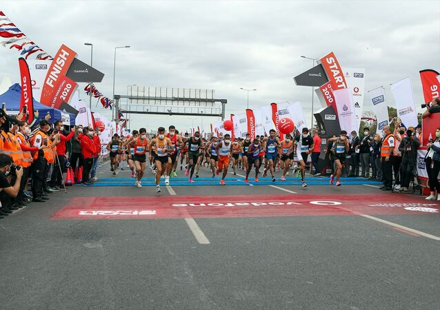 Vodafone 15. İstanbul Yarı Maratonu, Yenikapı Miting Alanı'ndan verilen startla Tarihi Yarımada'da gerçekleştirildi.