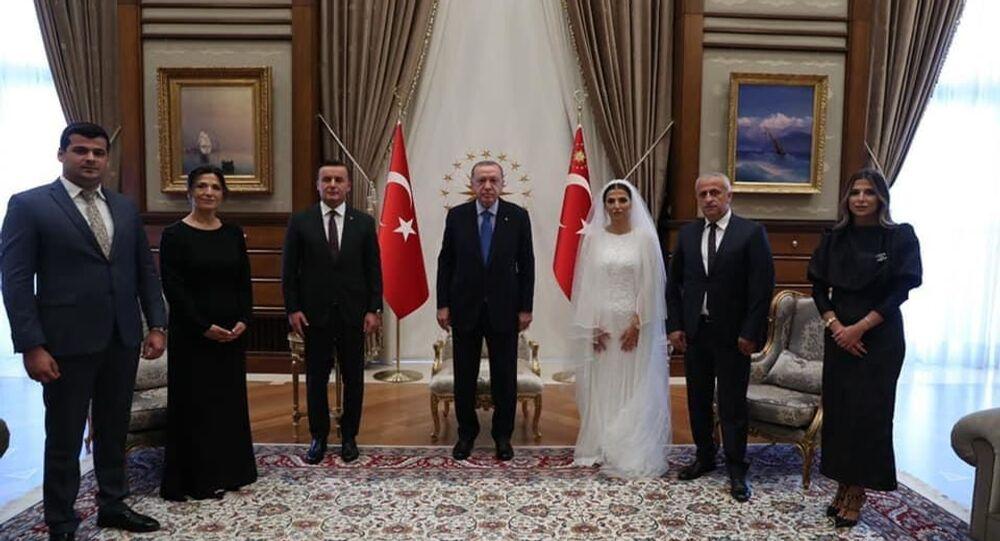 Ankara Cumhuriyet Başsavcısı Yüksel Kocaman ile eşi Ayça Dursun, nikâhtan sonra Cumhurbaşkanlığı Külliyesi'nde Cumhurbaşkanı Recep Tayyip Erdoğan'ı ziyaret etti. Erdoğan, çifte düğün hediyelerini verdi.