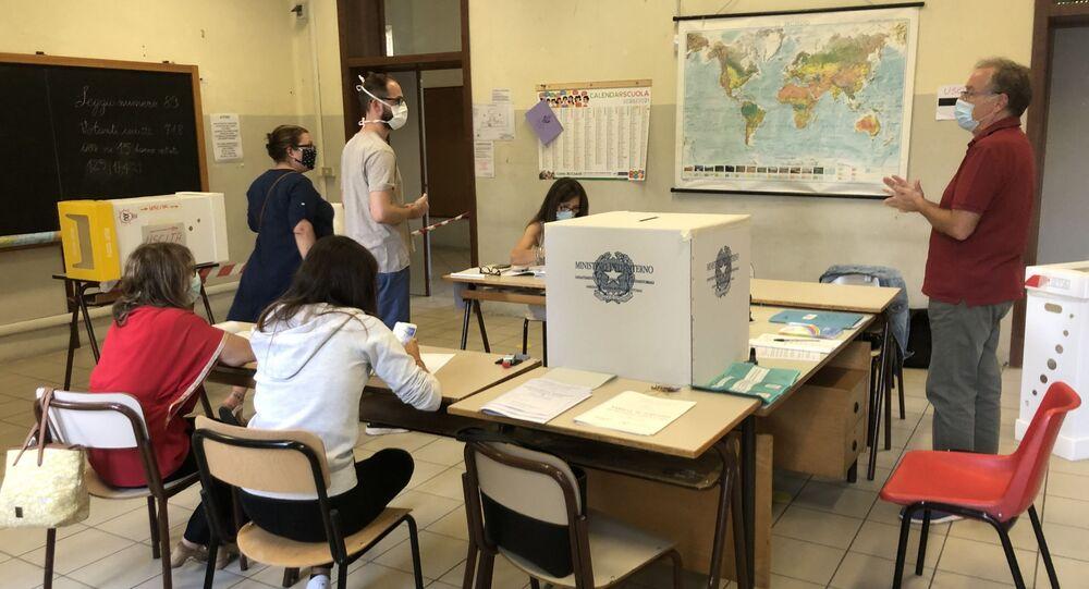 İtalya'da halk bugün ve yarın düzenlenen referandum ile parlamenter sayısının azaltılmasına yönelik anayasa değişikliğini oylayacak.
