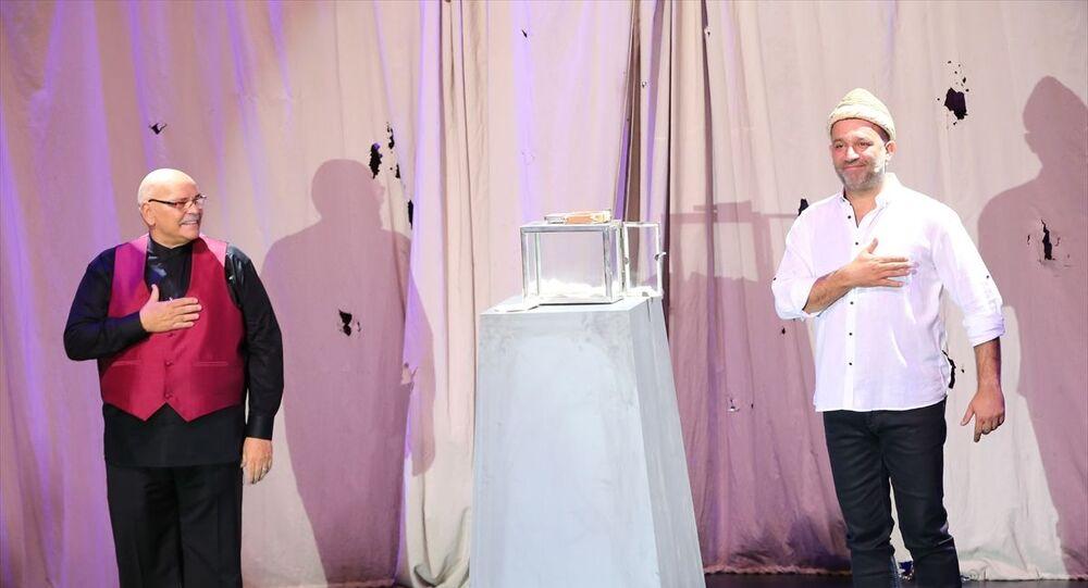 Oyuncu Rasim Öztekin (fotoğrafta), Kel Hasan Efendi'nin kavuğunu, Harbiye Cemil Topuzlu Açık Hava Sahnesi'nde düzenlenen törenle oyuncu Şevket Çoruh'a teslim etti.