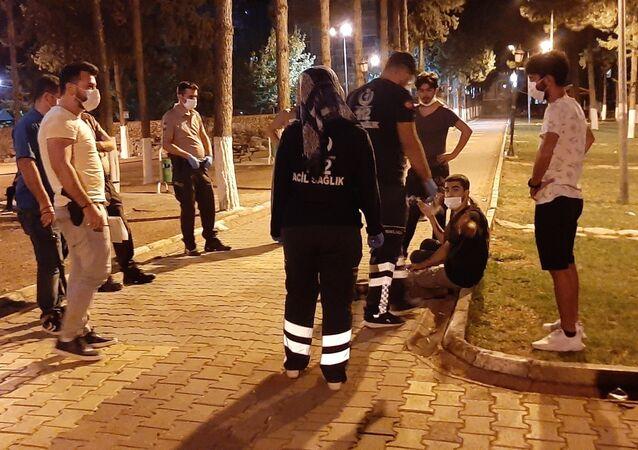 Adıyaman'da, park içerisinde oturan iki grubun 'Yan baktın' tartışması sonrasında çıkan kavgada 2 kişi darp edilerek yaralandı.