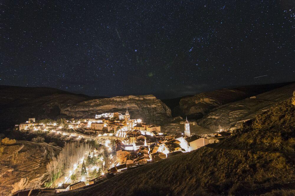 İspanya'nın Albarracín kentinin yıldızlı manzarası