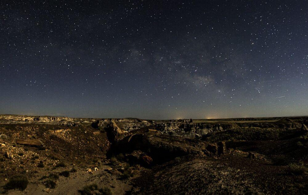 ABD'nin Arizona eyaletinin kuzey-doğusundaki Petrified Forest Ulusal Parkı'nın yıldızlı manzarası