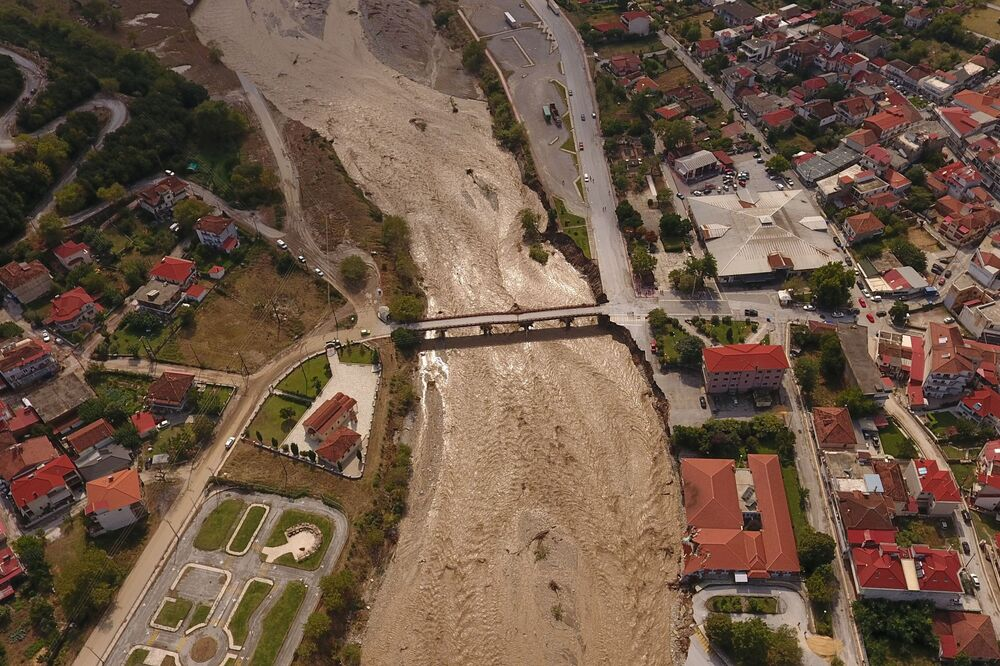 Mouzaki bölgesinde oldukça geniş çaplı hasar görülürken Pamisos nehri de sel sularıyla taştı