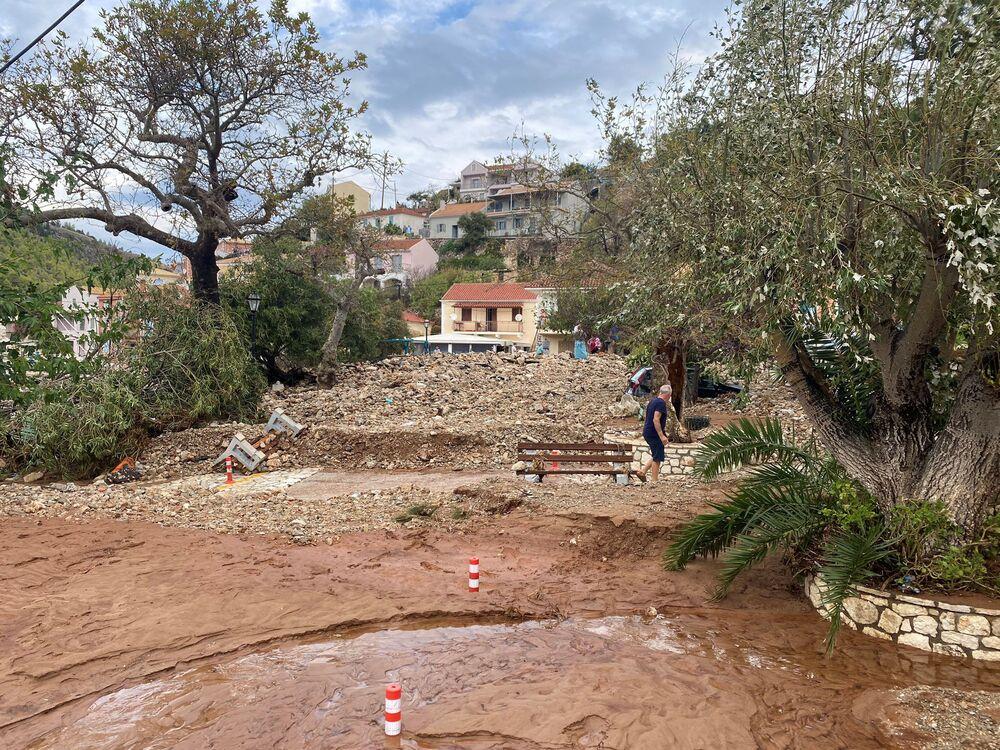 Yunanistan'a bağlı Kefalonya Adası'ndaki Asos köyünün fırtınadan sonraki hali
