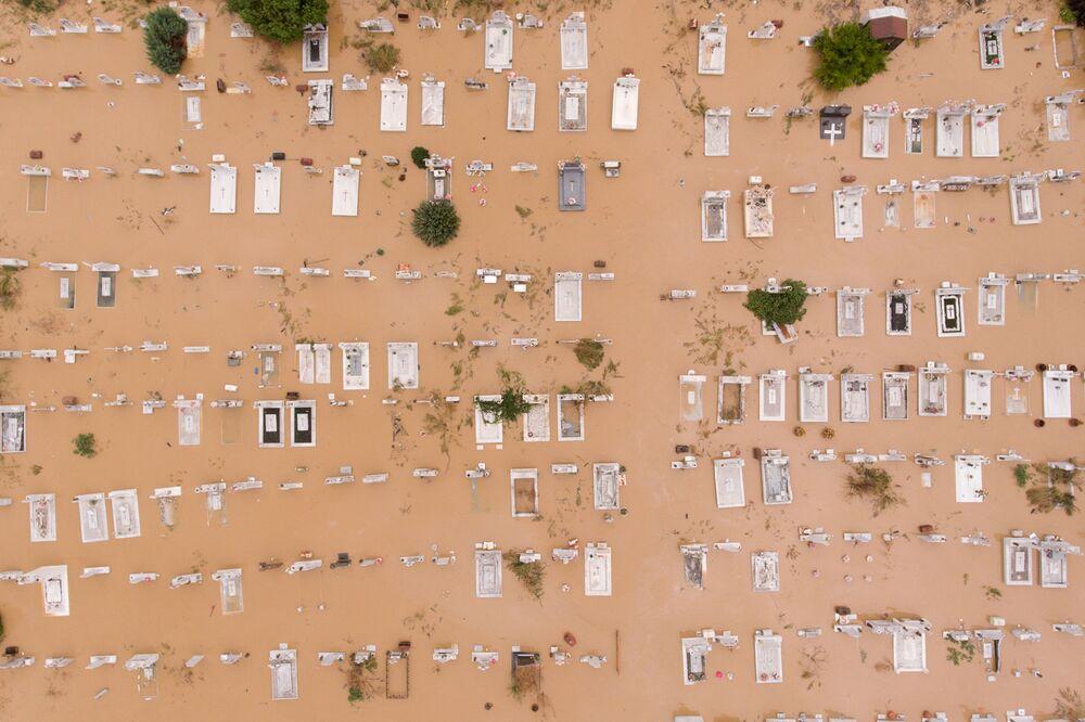 Artesiano köyünde sular altında kalan bir mezarlığın drone ile çekilen görüntüsü