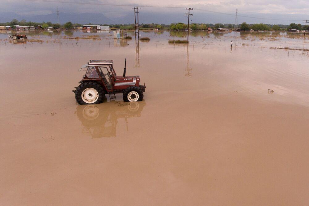 Fırtınanın vurduğu Yunanistan'ın Artesiano köyünde sular altında kalan tarla