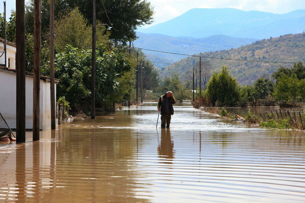Yunanistan'a bağlı Kefalonya Adası'nda da etkili olan Medicane tropik fırtınası nedeni ile birçok ağaç devrilirken çok sayıda ev sular altında kaldı.