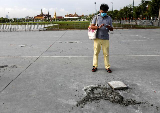 Taylandlı protestocuların Bangkok'taki Büyük Saray'a bakan Kral Sahası'nın zeminine yerleştirdiği Halk bu ülkenin krala değil, halka ait olduğuna dair niyetini beyan etmiştiryazılıplaketin ortadan kaybolmasıyla oluşan boşluk görüntülendi.