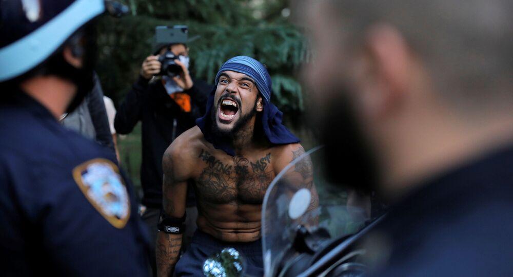 ABD'nin New York şehrinde polise bağıran bir protestocu
