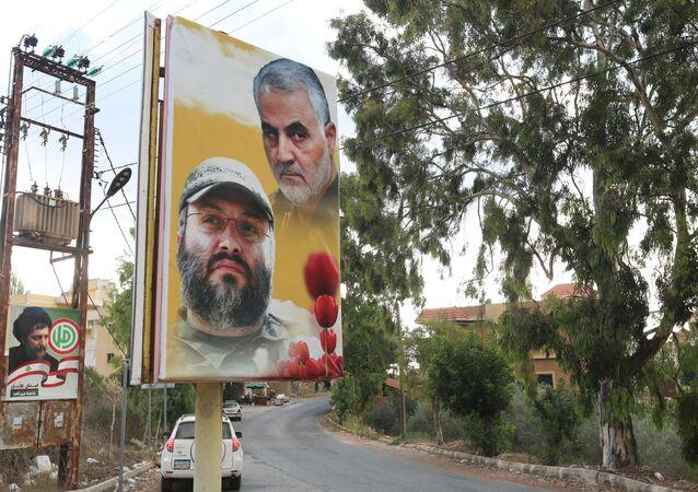Güney Lübnan'daki Ayn Kana kasabasında her ikisi de suikasta kurban giden Hizbullah komutanı İmad Mughniyeh ile İranlı komutan Kasım Süleymani'nin posteri